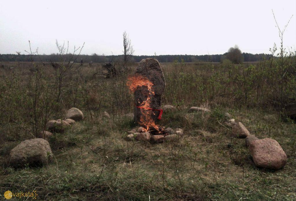 Вогнішча каля каменнага слупа ў Лазоўцы ў красавіку 2018-га